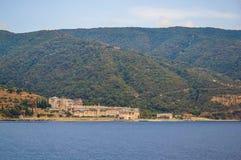 Monastero greco ortodosso sul monte Athos Vista dal mare xenophon Immagini Stock Libere da Diritti