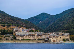 Monastero greco ortodosso sul monte Athos Vista dal mare xenophon Immagine Stock Libera da Diritti
