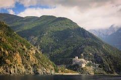 Monastero greco sulla costa Mediterranea Fotografia Stock Libera da Diritti