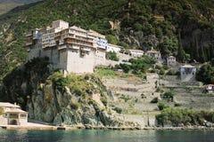 Monastero greco sulla costa Mediterranea Immagine Stock