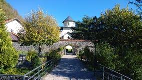 Monastero Moraca nel Montenegro in autunno immagine stock