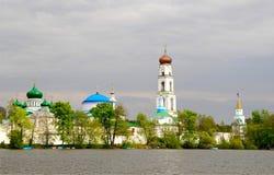 Monastero ortodosso cristiano vicino al lago Fotografia Stock Libera da Diritti