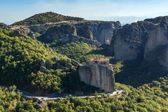 Monastero ortodosso di Rousanou in Meteora, Tessaglia, Grecia fotografia stock libera da diritti