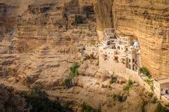 Monastero ortodosso di St George nel salmone del renq più basso della valle nel deserto di Judean nell'autorità palestinese immagine stock libera da diritti