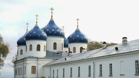 Monastero ortodosso russo il giorno di estate video d archivio
