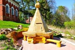 Monastero ristabilito di legno bene sul territorio di Peryn Skete vicino a Veliky Novgorod, Russia Fotografia Stock