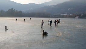 Monasterolo del Castello, Bergamo, Itália Povos que patinam e que andam no lago congelado video estoque