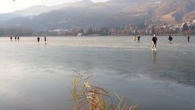 Monasterolo del Castello, Bergamo, Itália Povos que patinam e que andam no lago congelado vídeos de arquivo