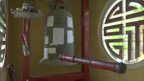 Monasteru naganiacz w Buddyjskiej świątyni zakończeniu up i Religijny dzwon, modlitwy i naganiacz dla pierścionku dla uderzać, zdjęcie wideo