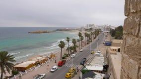 Monastir,突尼斯- 2018年6月07日:在城市道路的汽车通行沿海堤防 在海岸的棕榈树在背景 股票视频
