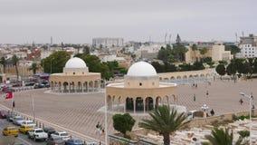 Monastir,突尼斯- 2018年6月07日:Rotonda陵墓在Monastir市 走在疆土陵墓的人们埋没的地方 股票录像