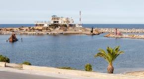 Monastir é a capital religiosa antiga de Tunísia e de um centro recreativo internacional moderno Sandy Beach e azuis celestes bra imagens de stock