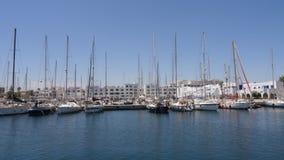 Monastir, Tunísia - 8 de junho de 2018: iate luxuoso que está no parque de estacionamento no porto marítimo Estacionamento do bar filme