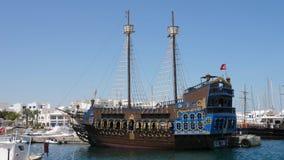 Monastir, Tunesien - 8. Juni 2018: schönes Piratenschiff, das im Seehafen auf Stadtlandschaftshintergrund steht Seeschiff herein stock footage