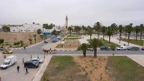 Monastir, Tunezja - 07 2018 Czerwiec: Turystyczni ludzie chodzi i jeździeckiego konia fracht wzdłuż miasto kwadrata i Monastir mu zdjęcie wideo
