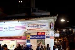 Monastiraki广场在与Adrianos旅行和通勤者的晚上 免版税库存照片