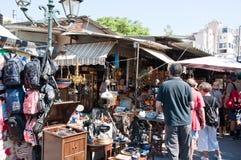 跳蚤市场在2013年8月4日的Monastiraki在雅典,希腊。 免版税库存照片