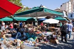 跳蚤市场在2013年8月4日的Monastiraki在雅典,希腊。 库存图片
