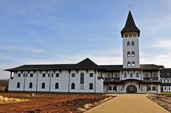 Monastère orthodoxe roumain avec la haute tour Photographie stock libre de droits