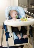 0 Monate alte Baby, das im Highchair sitzt Lizenzfreies Stockbild