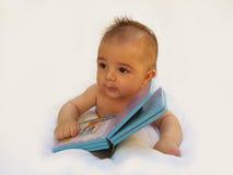 3 Monate alte Baby, die mit Buch spielen Stockfoto