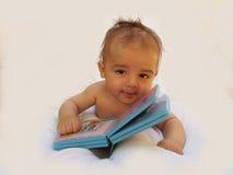 3 Monate alte Baby, die mit Buch spielen Stockbild