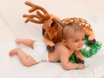 4 Monate alte Baby, die mit dem weichen Spielzeug lieb und Küken spielen Lizenzfreie Stockfotografie