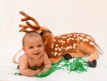 4 Monate alte Baby, die mit dem weichen Spielzeug lieb und Küken spielen Lizenzfreie Stockfotos