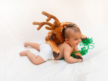 4 Monate alte Baby, die mit dem weichen Spielzeug lieb und Küken spielen Stockfotografie