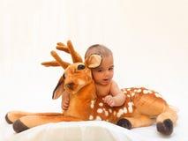 4 Monate alte Baby, die mit dem weichen Spielzeug lieb und Küken spielen Stockfoto