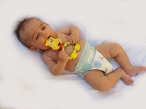 3 Monate alte Baby, die mit Dentitionsspielzeug spielen Lizenzfreie Stockfotografie