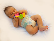 3 Monate alte Baby, die mit Dentitionsspielzeug spielen Lizenzfreie Stockfotos
