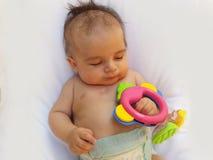 3 Monate alte Baby, die mit Dentitionsspielzeug spielen Lizenzfreies Stockfoto