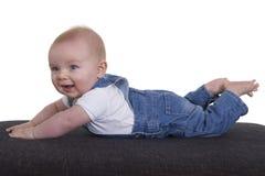 6 Monate alte glückliche Baby, die hochdrücken Lizenzfreie Stockbilder