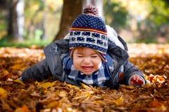 8 Monate alte Junge im Fall Lizenzfreie Stockfotografie