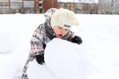18 Monate Baby, die draußen Schnee essen Stockbilder