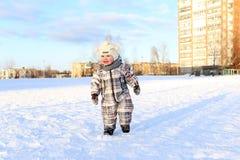 17 Monate Baby, die draußen in Winter gehen Stockbild