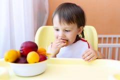 22 Monate Baby, die Früchte essen Stockfotos