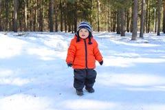 18 Monate Baby, die in Wald gehen Lizenzfreie Stockfotos