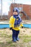 18 Monate Baby draußen im Frühjahr Stockfotos