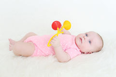 3 Monate Baby mit Geklapper Stockfoto