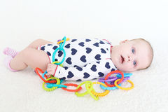 2 Monate Baby mit Spielzeug Stockfoto
