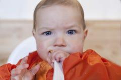 8-monatiges Baby, das seinen Getreidebrei isst Stockfotografie