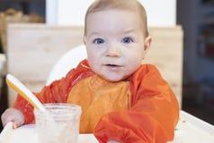 8-monatiges Baby, das seinen Getreidebrei isst Lizenzfreie Stockbilder