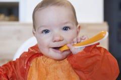 8-monatiges Baby, das seinen Getreidebrei isst Lizenzfreie Stockfotografie