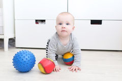 6-monatiges Baby mit Bällen Lizenzfreies Stockbild