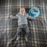 9-monatiges Baby mit Kuchen Lizenzfreies Stockbild