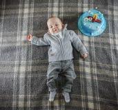9-monatiges Baby mit Kuchen Stockbilder