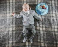 9-monatiges Baby mit Kuchen Lizenzfreie Stockfotos