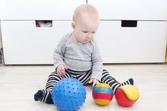 6-monatiges Baby spielt Bälle Lizenzfreies Stockfoto